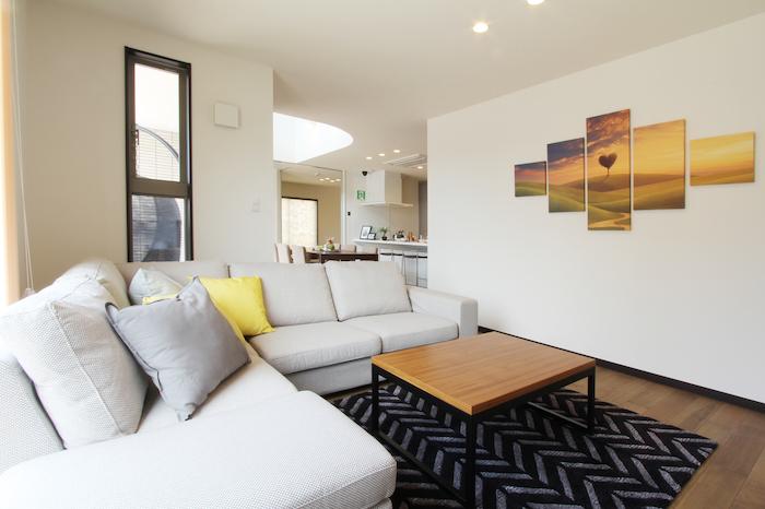 ユニバーサルホーム(藤枝・静岡南・清水)【藤枝市五十海3-12-2・モデルハウス】リビングはダイニングと対角に配置し、家族の存在を感じながらも個室感がある空間となっている。TV側の壁はアクセントウォールとして調湿効果のあるエコカラットを採用