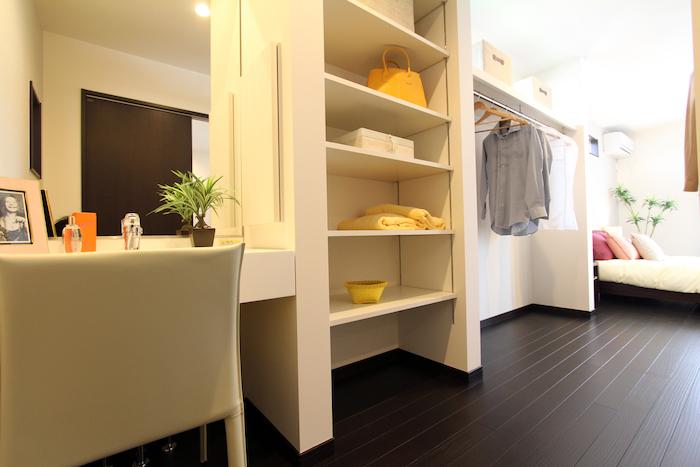 ユニバーサルホーム(藤枝・静岡南・清水)【藤枝市五十海3-12-2・モデルハウス】寝室のウォークインクローゼット奥にはパウダールームを配置。廊下・トイレへと通り抜けできるので、お出かけ前後の動線もスムーズ