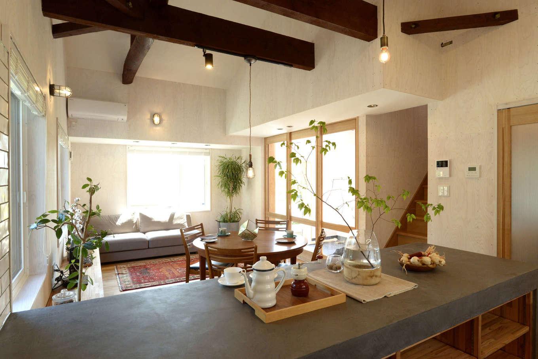 エコフィールド|ナチュラルシックな造作キッチン。カウンター越しに眺める古材梁がおしゃれ