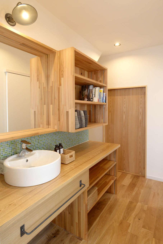 エコフィールド|階段下を利用した洗面スペース。収納もたっぷり