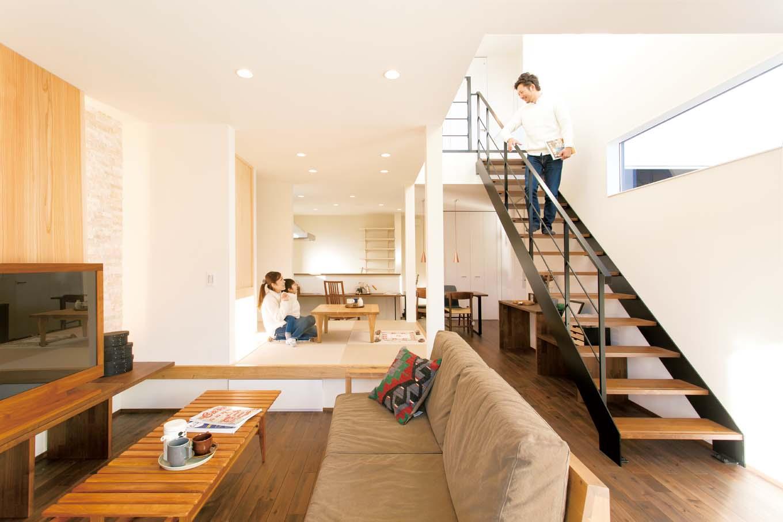 ARRCH アーチ【子育て、建築家、デザイン住宅】白をベースにした明るい空間に、アイアンの階段、天然石や杉をあしらった壁が映える。床はアカシアをウォールナット色に塗装し、落ち着いた雰囲気に