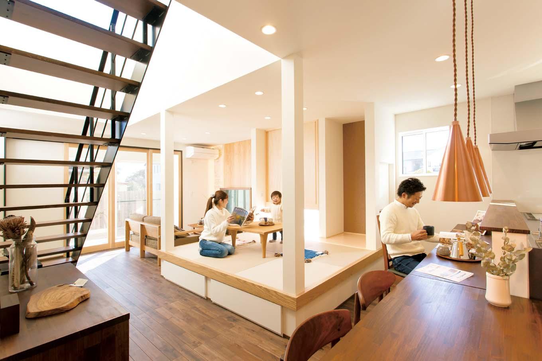 ARRCH アーチ【子育て、建築家、デザイン住宅】和室には引き出し式の収納を設け、子どものおもちゃや着替えなどを入れ、LDKはいつでもすっきり