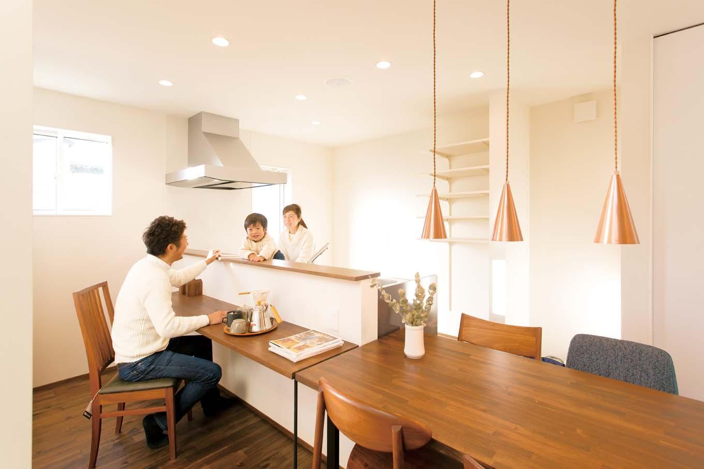 ARRCH アーチ【子育て、建築家、デザイン住宅】カウンターと造作したダイニングテーブルを並べすっきりと。家事動線も短く、便利