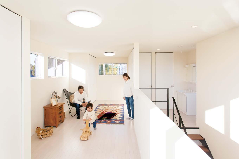 ARRCH アーチ【子育て、建築家、デザイン住宅】いずれは2部屋に分ける予定の2階子ども部屋。今は、子どもが自由に遊んだり、ゆっくり読書をしたりできるセカンドリビングとして活躍。吹き抜けに仕切り壁がないので、1階にいる家族の気配を感じられる