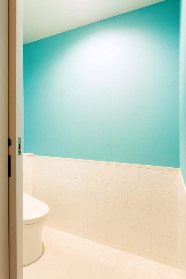 ARRCH アーチ【子育て、建築家、デザイン住宅】ティファニーブルーが印象的なトイレ