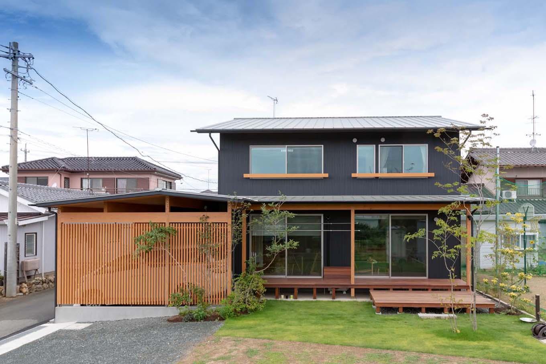 あだちの家。足立建築【子育て、収納力、間取り】ガルバリウム鋼板と無垢の杉がほどよく調和した、「日本の住まい」らしい外観。高い住宅性能を担保した上で、深い軒、大きな開口部、落葉樹と広葉樹など、機械設備に頼らず夏も冬も快適な住空間を叶えるパッシブデザインの設計手法を採用している