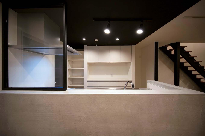 ARRCH アーチ【デザイン住宅、建築家、インテリア】対面キッチンの手元は隠し、オープンな棚にオシャレなキッチン小物を見せて収納することで、カフェ風のコーディネートを楽しめる