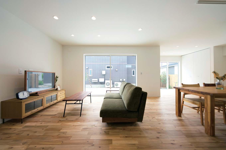 ARRCH アーチ【デザイン住宅、建築家、インテリア】家族の暮らしの中心となるリビングは南面の大きな窓からテラスや庭につながり、実寸以上の広がりを感じられる空間に