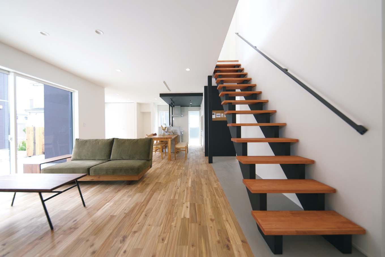 ARRCH アーチ【デザイン住宅、建築家、インテリア】リビングからダイニングまで奥行が感じられるLDK。ストリップ階段に沿った壁側に浴室を設け、その奥に洗面とランドリーを一直線に配置