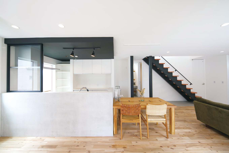 ARRCH アーチ【デザイン住宅、建築家、インテリア】オシャレなカフェやビストロをイメージさせるオープンキッチン。天井をあえて少し下げ、腰壁をモルタル仕上げにしたことでLDKのアクセントとなっている