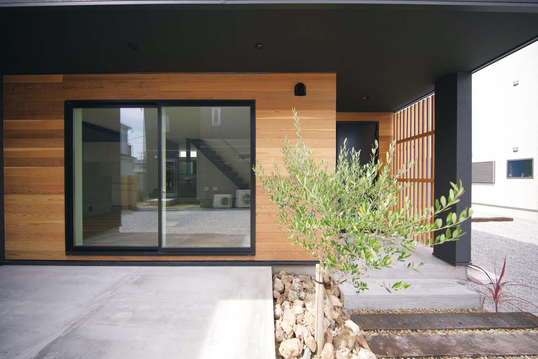 ARRCH アーチ【デザイン住宅、建築家、インテリア】リビングの南面に広がるテラス。窓を開ければLDKと一体化してガーデンパーティも楽しめる