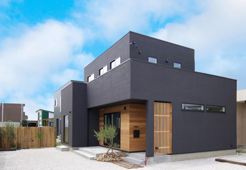 ARRCH アーチ【デザイン住宅、建築家、インテリア】ご主人が形状、素材、色のすべてにこだわった外観。黒い塗り壁で全体を引き締めつつ、フォルムはシンプルにデザイン。玄関を奥まらせて格調高い雰囲気をプラスした