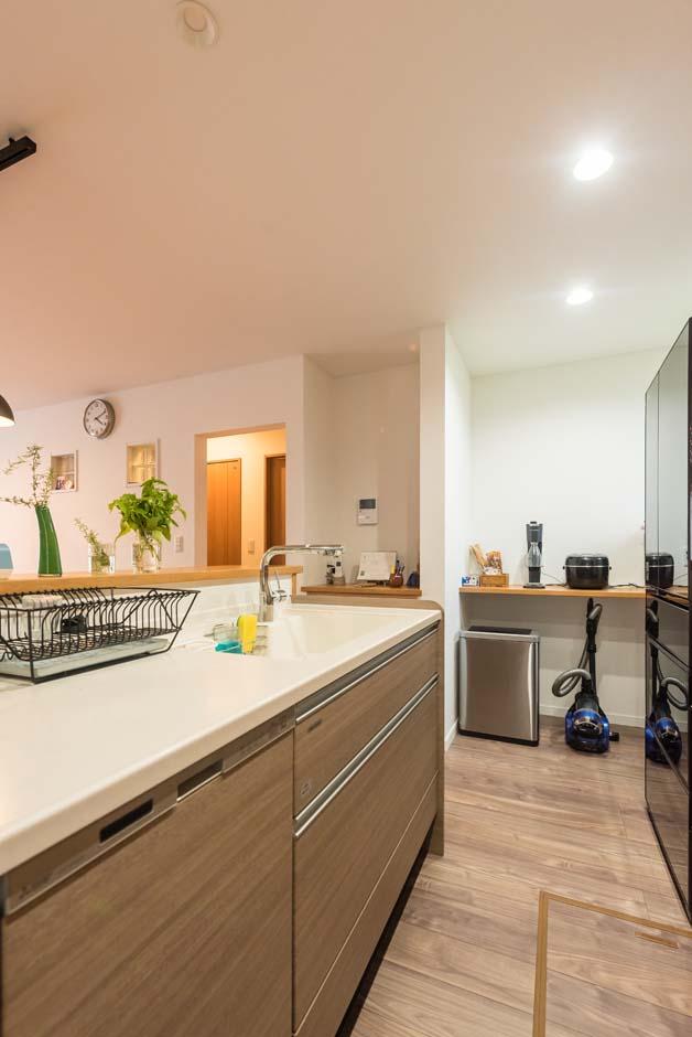 明和住宅【子育て、収納力、間取り】キッチン脇のパントリーは、収納だけでなくワークスペースとしても使えるように、シンプルなつくりにした