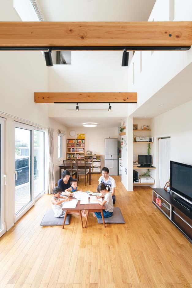 低燃費住宅 静岡(TK武田建築)【子育て、省エネ、間取り】家族が自然に集まってくる高い吹抜けのLDK。標準仕様の無垢の床、漆喰の塗り壁に包まれた空間に、きれいな空気がゆっくりと流れる。太陽光発電なしで年間光熱費10万円以下、メンテナンス費用の負担が少ない家は結局お買い得!