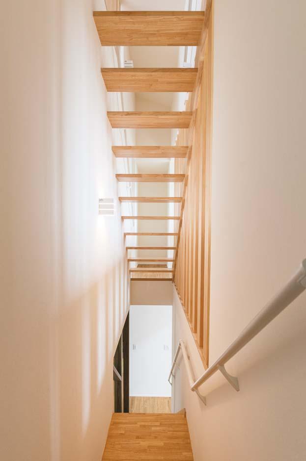 開放感抜群のスケルトン階段