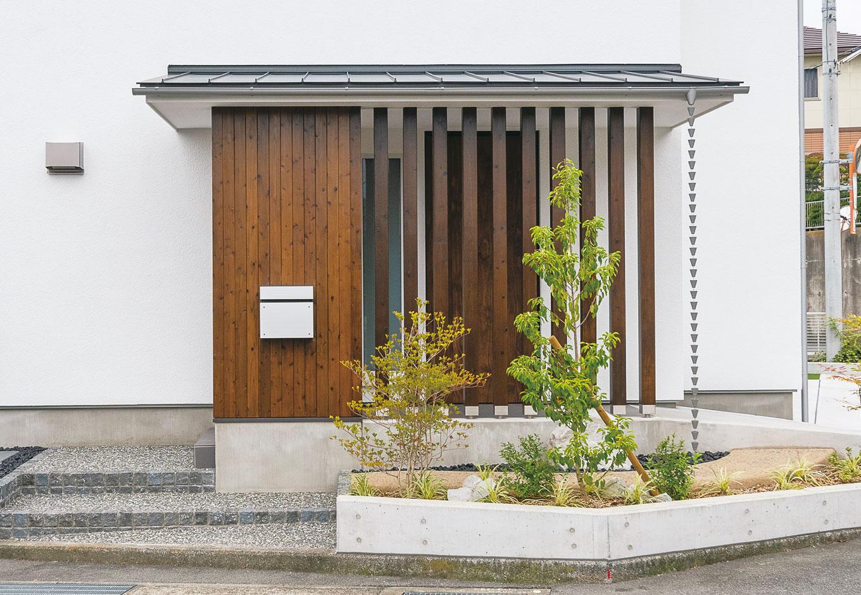 低燃費住宅 静岡(TK武田建築)【子育て、省エネ、間取り】玄関前の木製の格子がアクセントに
