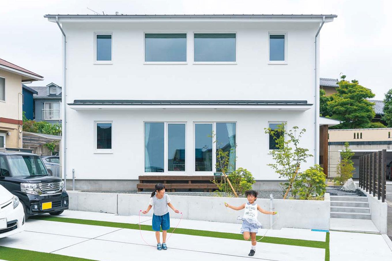 低燃費住宅 静岡(TK武田建築)【子育て、省エネ、間取り】深い庇が夏の日射を遮り、冬はたっぷり光を届ける