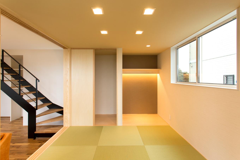 ARRCH アーチ【デザイン住宅、子育て、間取り】小上がりはシンプルな和モダンスタイル。床の間や押入れもしっかりと備わっている。床の間には間接照明を加え、雛人形や生花、陶器などを飾った時に映えるようにした