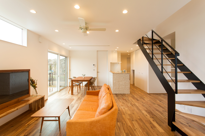 ARRCH アーチ【デザイン住宅、子育て、間取り】光をたっぷり採り込むために、スペースを東西に長くしたLDK。室内全体に光が行き届き、爽やかな風がそよぐ