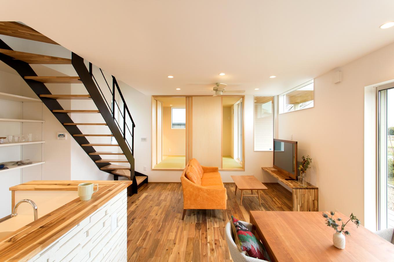 ARRCH アーチ【デザイン住宅、子育て、間取り】ダイニングとリビング、小上がりを一直線上に配置。どのスペースにいても家族の様子がよくわかる
