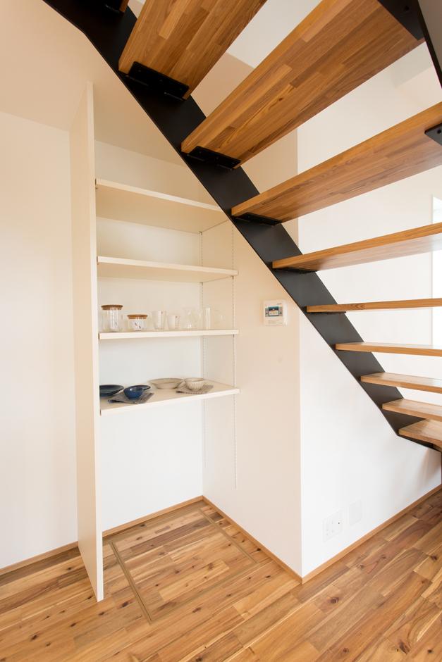 ARRCH アーチ【デザイン住宅、子育て、間取り】ストリップ階段に面した壁面のデッドスペースを収納に利用。細々とした生活用品を収めてリビングをいつもキレイに保つことができる