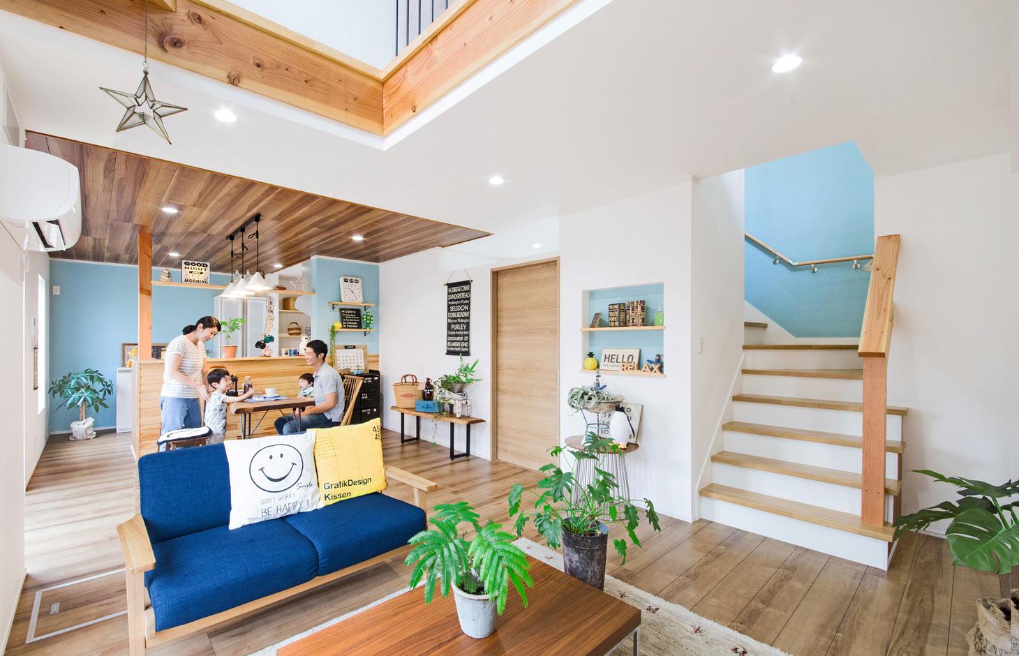 illi-to design 鳥居建設21【デザイン住宅、趣味、省エネ】ナチュラルな雰囲気のLDK。対面キッチンやリビング階段が家族をつなぐ