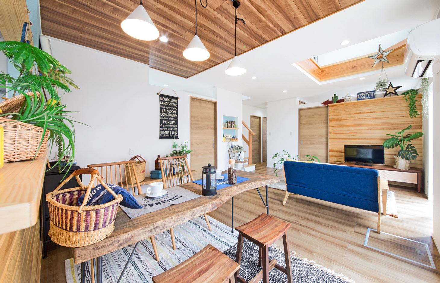 illi-to design 鳥居建設21【デザイン住宅、趣味、省エネ】天井や壁の一部に採用した羽目板がいい風合いだ