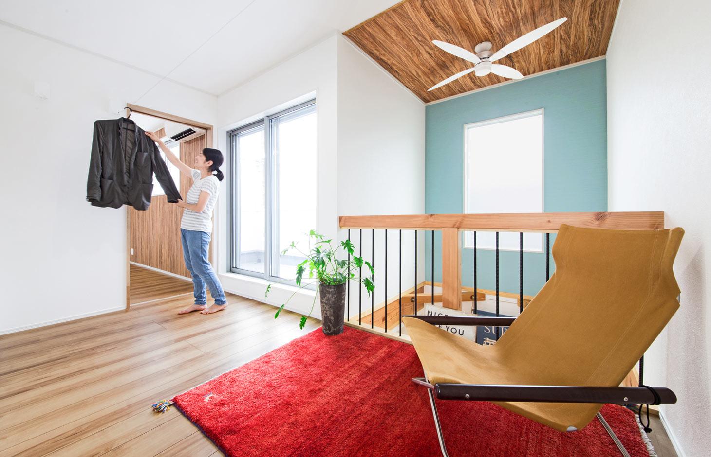 illi-to design 鳥居建設21【デザイン住宅、趣味、省エネ】2階ホール。高気密・高断熱、地中熱利用、24時間換気システムにより部屋干しも乾きが早い