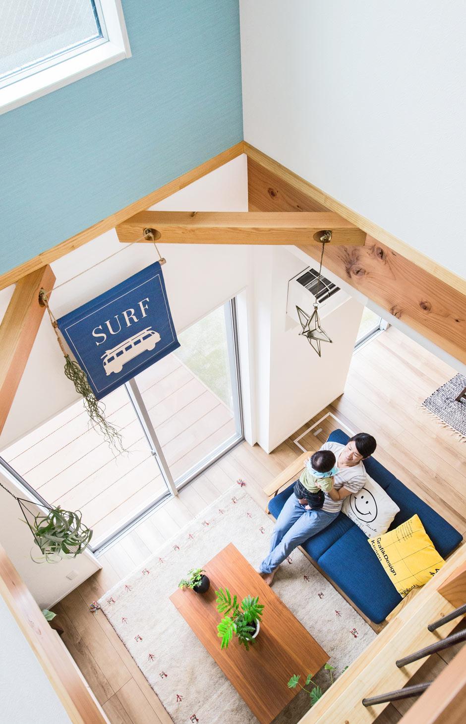 illi-to design 鳥居建設21【デザイン住宅、趣味、省エネ】開放的な吹き抜け空間も、濃淡のブルーが爽やか