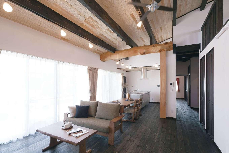 住まいるコーポレーション【デザイン住宅、自然素材、平屋】勾配天井が開放的なLDK。野物の梁とケヤキの大黒柱のみナチュラルな色目のままにすることで、空間のアクセントとして活きてくる