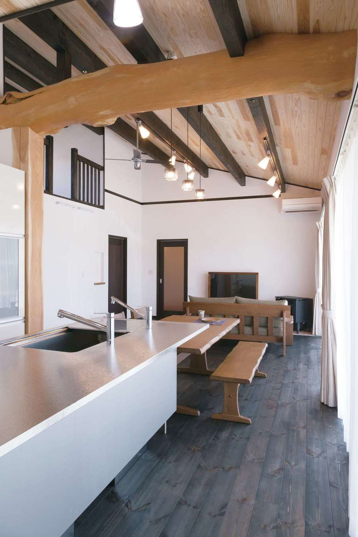 住まいるコーポレーション【デザイン住宅、自然素材、平屋】キッチンからはLDK全体が見渡せるだけでなく、外の景色を楽しみながら料理ができる特等席