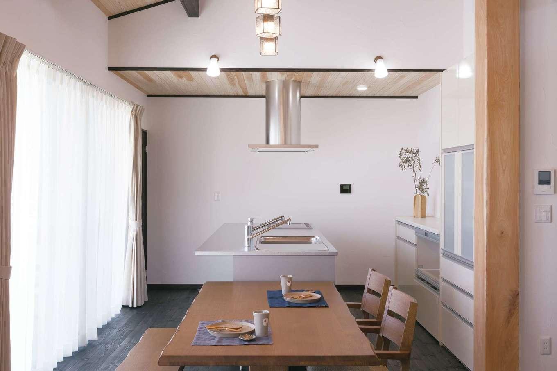 住まいるコーポレーション【デザイン住宅、自然素材、平屋】奥さまのこだわりのキッチンは「トーヨーキッチン」製。スタイリッシュでシンプルなデザインが木の空間に違和感なく溶け込んでいる