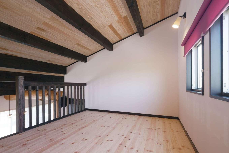 住まいるコーポレーション【デザイン住宅、自然素材、平屋】ロフトの手すりからLDKを見下ろす開放感も楽しめる。床ももちろんパインの無垢板張りで、単なる荷物置き場でなく、自分時間を楽しむスペースとしても活躍しそう