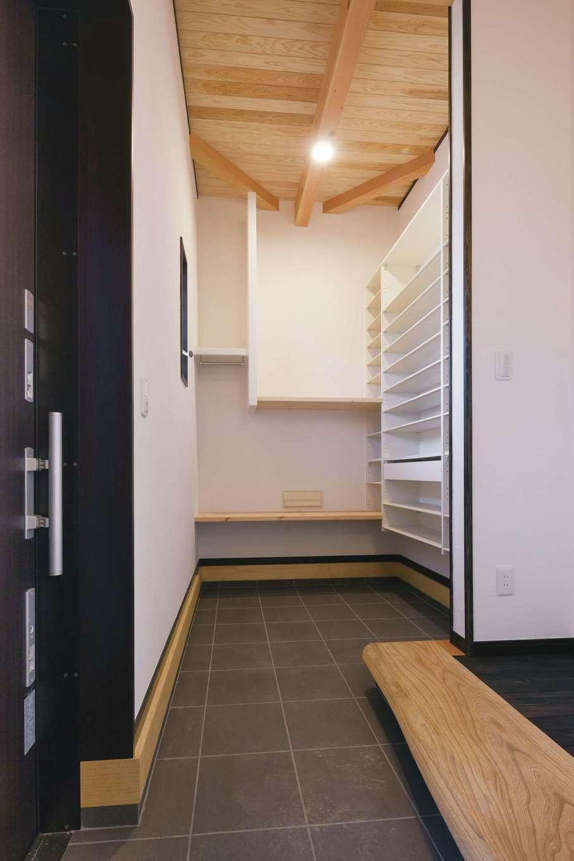 住まいるコーポレーション【デザイン住宅、自然素材、平屋】玄関には、広いシューズクロークと多目的に使える土間が広がる。玄関框には上質なケヤキ材が用いられている