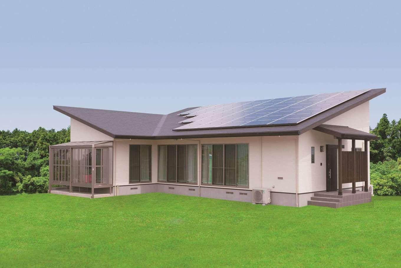 住まいるコーポレーション【デザイン住宅、自然素材、平屋】屋根のラインがシャープな平屋の外観。寝室の南面には洗濯物を干せるサンルームを設置し、屋根には14kWの太陽光発電を搭載