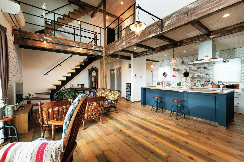 富士ホームズデザイン【デザイン住宅、輸入住宅、インテリア】ハッと息をのむような大空間が広がる。アイアンの階段と手すりがほどよく空間を引き締め、オリジナル仕上げのオークの床やアンティーク加工を施した梁が味わいをプラス。心からリラックスできる居心地が生まれている
