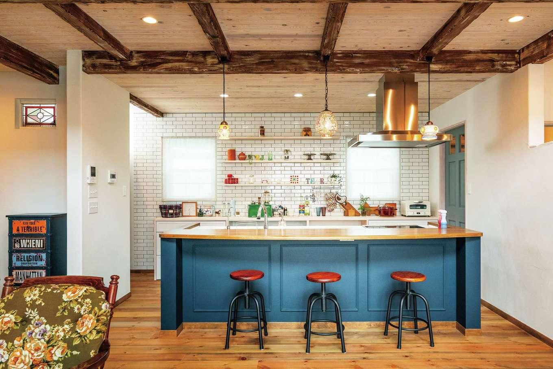 富士ホームズデザイン【デザイン住宅、輸入住宅、インテリア】タイルの納まりの美しさやラインにそろえて造りつけられた棚に、つくり手のこだわりがにじむキッチン。右手はシューズクローク、左手はパントリーに続き、利便性も高い