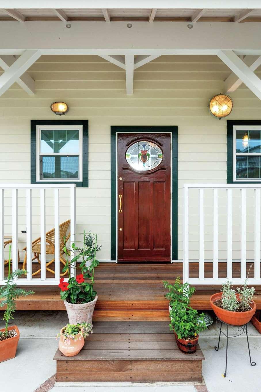 富士ホームズデザイン【デザイン住宅、輸入住宅、インテリア】深い庇に守られたポーチは、アンティークの玄関ドアが主役。デッキはそのまま駿河湾を一望するリビング面へと続
