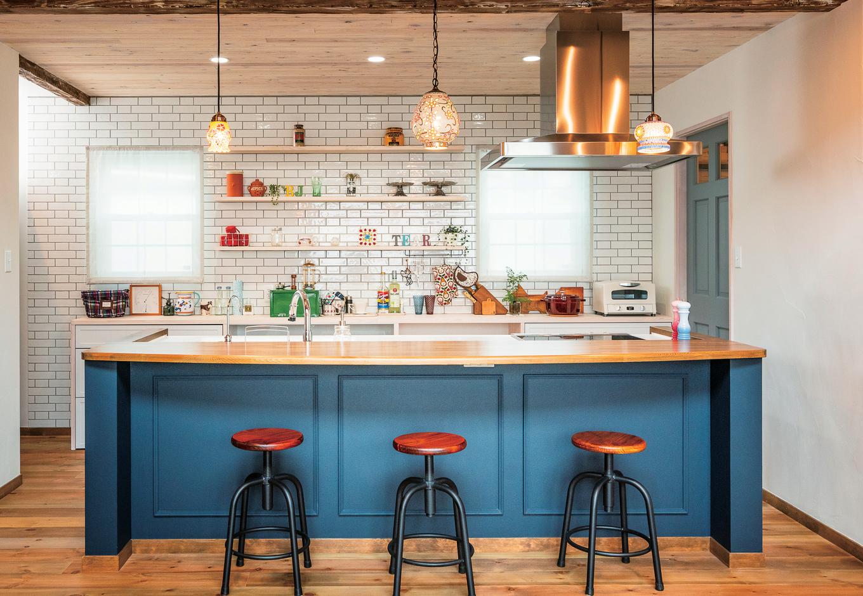白と青のコントラストがおしゃれなキッチンは、カラフルな小物やハイセンスなキッチングッズが良く似合う。カウンターのイスも愛らしいデザイン
