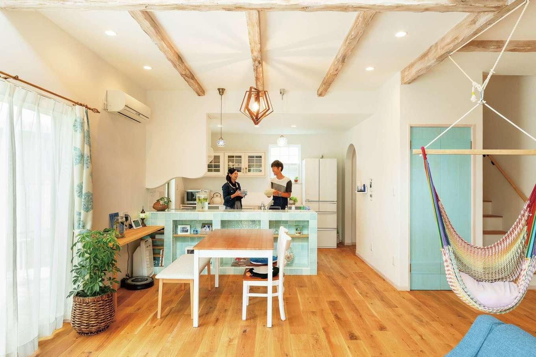 富士ホームズデザイン【デザイン住宅、輸入住宅、インテリア】無垢オークと珪藻土に包まれたナチュラルな空間に、ヴィンテージ加工を施した梁がほどよいぬくもりをもたらす。テーマカラーのブルーのトーンも狙い通り!