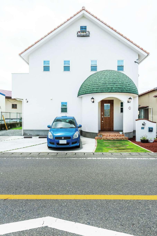 富士ホームズデザイン【デザイン住宅、輸入住宅、インテリア】念願のきのこ屋根が実現した。アンティークのランプからハンドメイドの表札、ロフト窓のアイアンの花台まで、トータルでコーディネートされている