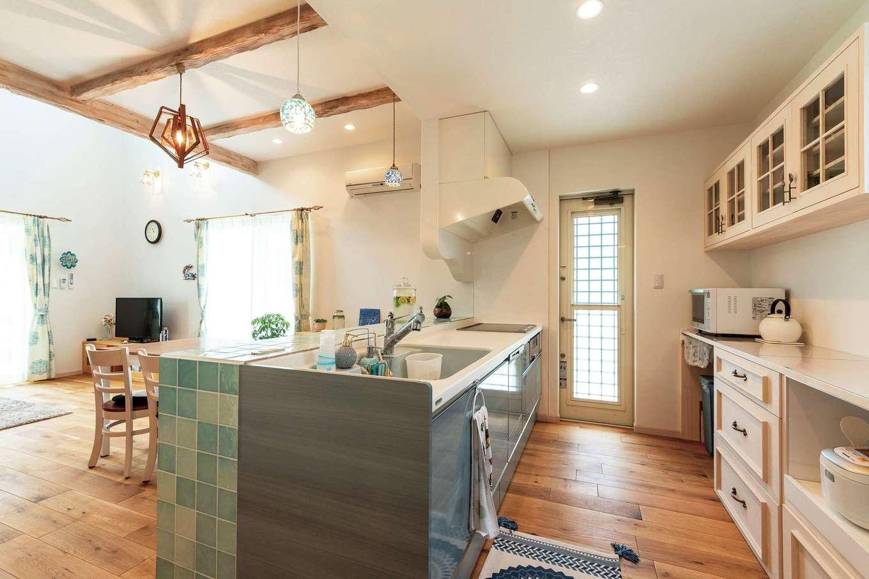 富士ホームズデザイン【デザイン住宅、輸入住宅、インテリア】食器棚も要望を伝え、造作してもらった。扉の取っ手は、スプーン&フォーク。細かなパーツまで選べる楽しさが愛着へとつながっていく