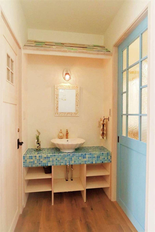 富士ホームズデザイン【デザイン住宅、輸入住宅、インテリア】玄関をはいるとベベル板の屋根がかわいい洗面コーナーがお出迎え。ドアや引き戸も造作の1点もの。チェッカーガラスや泡のはいった歪みのあるガラスが既製品に はない雰囲気を生み出している