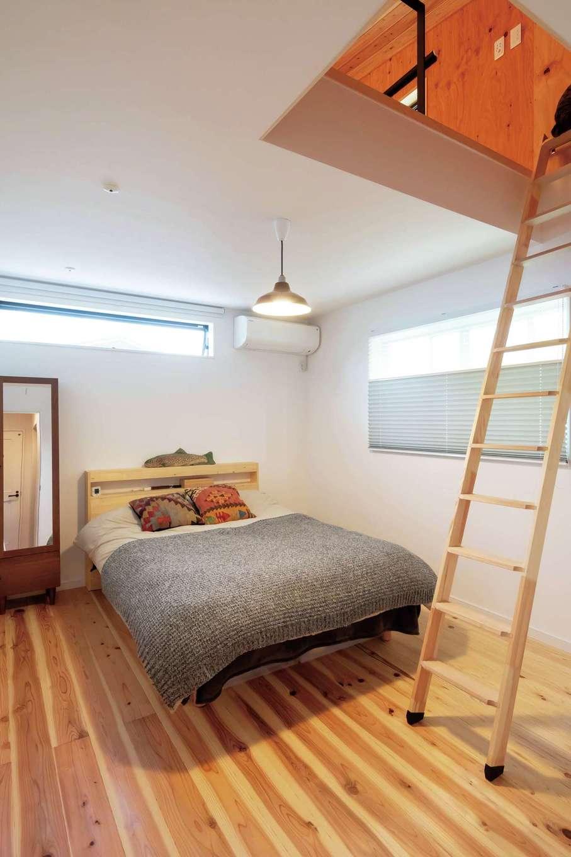 フジモクの家(富士木材)【デザイン住宅、自然素材、平屋】主寝室は床をリビングと変えてメリハリをつけた。ハシゴを登れば小屋裏につながる