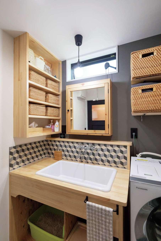 フジモクの家(富士木材)【デザイン住宅、自然素材、平屋】デザインと使い勝手のバランスが取れた洗面化粧台。見せる収納棚、医療用の深いシンクなど、ディテールにまでこだわりを感じる