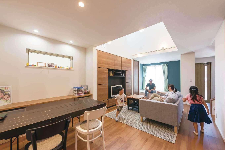 イデキョウホーム【子育て、狭小住宅、間取り】LDKはワンフロアでつながる約30畳のオープン空間。4畳半の吹抜けを設けたことで実寸よりも広さを感じさせる。これだけ広い吹抜けがあっても、高気密・高断熱と全館空調のおかげで、全室がエアコン1台で年中快適