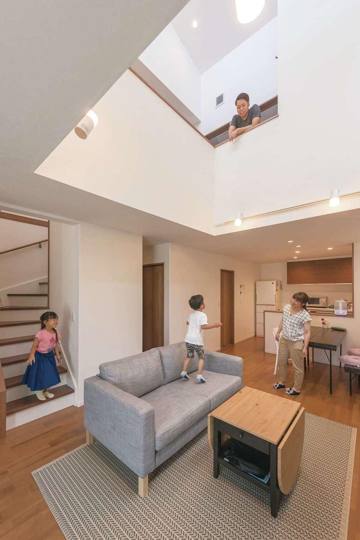 イデキョウホーム【子育て、狭小住宅、間取り】吹抜けが1階と2階をつなぎ、コミュニケーションが深まる空間に。高窓からは光が注ぎ、風も心地よく巡る