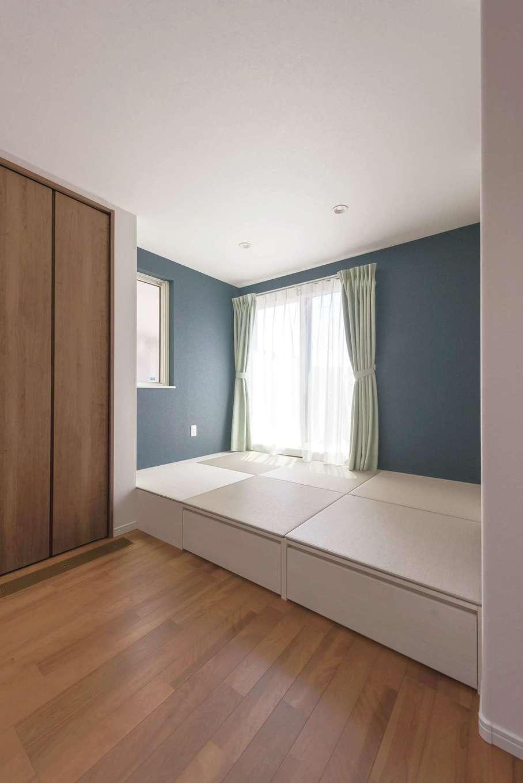 イデキョウホーム【子育て、狭小住宅、間取り】LDKの一角に設けた3畳の小上がりは、ちょっと腰かけるにもちょうどいい高さ。床下は引出し収納になっている