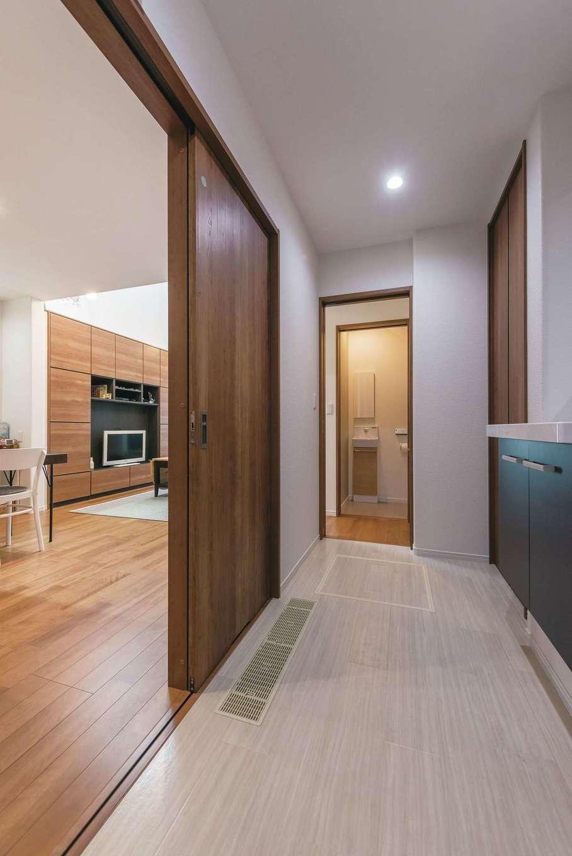 イデキョウホーム【子育て、狭小住宅、間取り】キッチンの横に浴室と洗面。脱衣室、収納スペースを設け家事動線をショートカット