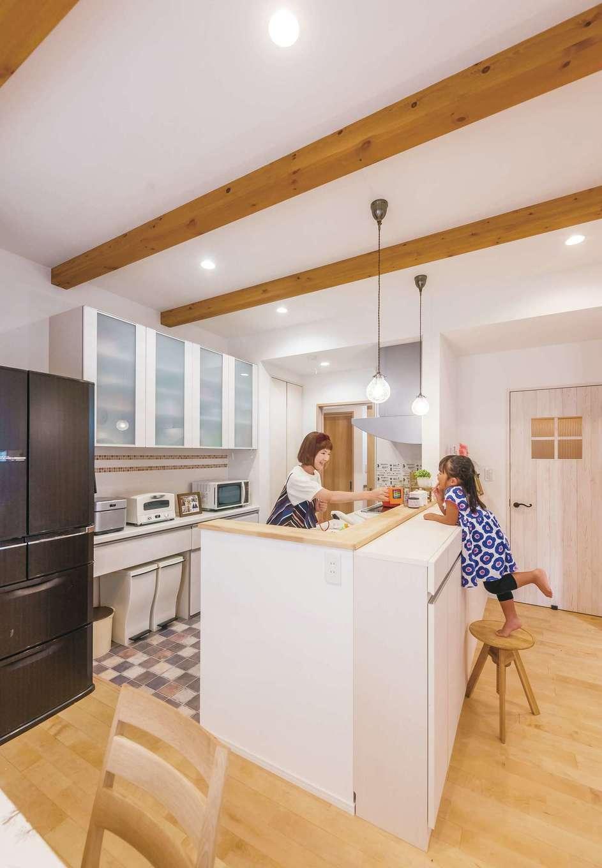 芹工務店【子育て、自然素材、省エネ】家事も楽しくなる対面キッチンは、手元が見えない高さになっている
